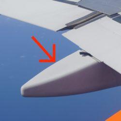 飛行機の翼の下についているのって何?