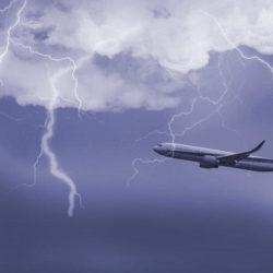 飛行機と雷